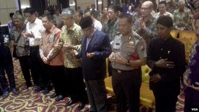 Ketua Umum PBNU KH Said Aqil Siradj bersama tokoh lintas agama dan penghayat kepercayaan berdoa bersama untuk bangsa Indonesia di Surabaya, hari Kamis 18/5 (Foto: VOA/Petrus).