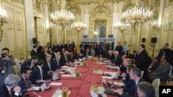 Menteri Luar Negeri AS John Kerry, ke-empat dari kiri, Menteri Luar Negeri Perancis Laurent Fabius, ke-empat dari kanan, dan para pemimpin lain saat pertemuan tentang Suriah di Quai d'Orsay, Kementerian Luar Negeri, di Paris, Senin, 14 Desember 2015.
