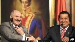 Los presidentes de Bielorrusia, Alexander Lukashenko, izquierda, y de Venezuela, Hugo Chávez en Caracas, en 2010.