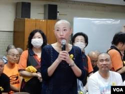 香港前立法會議員陳淑莊剃頭後表示,假結婚是犯法,假普選也不能接受。(美國之音湯惠芸攝)