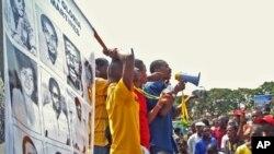 Manifestação da Fundação 27 de Maio, na Praça da Independência, em Luanda. Silva Mateus, ao centro com megafone na mão, fala aos manifestantes.