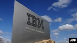 Logoja në hyrje të zyrave qendrore të kompanisë IBM, në Armonk, Nju Jork