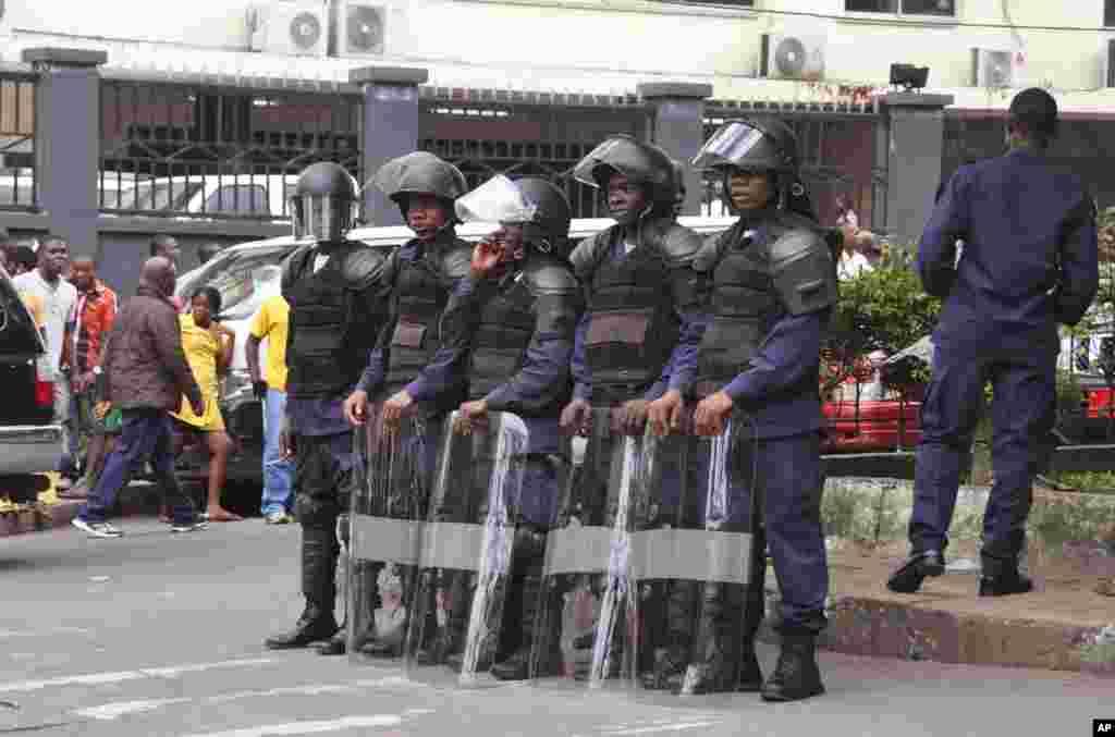 Forças de segurança liberianas em posição de bloqueio a um motim em West Point, centro do ébola, enquanto o governo tenta prevenir a propagação do vírus na capital, Monróvia. Ago. 20, 2014.