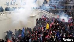 Полиция применяет слезоточивый газ у Капитолия, 6 января 2021 года