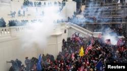 ARHIVA: Policija baca suzavac na masu Trampovih pristalica tokom nereda 6. januara 2021. za vreme potvrde rezultata predsedničkih izbora.