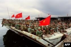 Bộ đội Việt Nam ngồi đợi trên tàu tại cảng Kampong Som, ngày 29 tháng 11, 1987. Những binh sĩ này thuộc một phần trong số 20.000 binh sĩ được rút khỏi Campuchia trong một đợt triệt thoái.