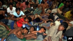 Illegal immigrants from Myanmar and Bangladesh arrive at police processing center in Langkawi, Malaysia, May 11, 2015.