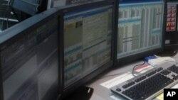 در آمریکا افراد می توانند در صورت خطر یا حادثه به شماره ۹۱۱ تماس بگیرند و اپراتورها آنها را به پلیس یا آتش نشانی و اورژانس متصل می کند.