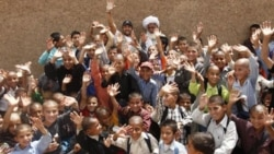 بهرام رادان، بازیگر سینمای ایران بعنوان سفیر فرهنگی سازمان ملل از اردوگاه های افغان ساکن ایران بازدید و با دانش آموزان افغان گفتگو کرد