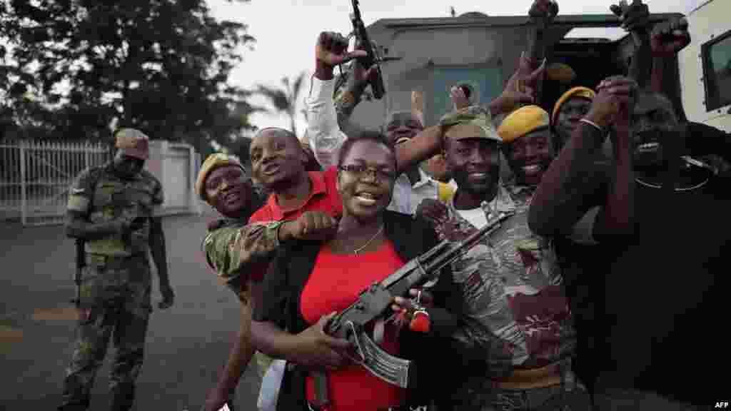 La foule célèbre avec des soldatsaprès l'annonce de la démission du président du Zimbabwe, 21 novembre 2017.