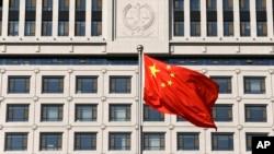 山东省高级法院大楼前飘扬着中国国旗。(资料照片)