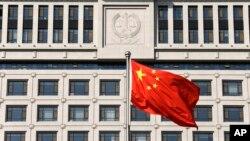山东最高法院前的中国国旗,2013年10月24日(资料图)。活动人士呼吁美国官员在美中战略与经济对话上更多关注人权议题