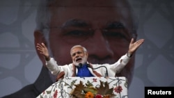 India's Prime Minister Narendra Modi addresses a rally in Srinagar, Nov. 7, 2015. Modi pledged $12.10 billion in funds to bolster development and economic growth in Kashmir, a year after the worst flooding in more than a century destroyed half a million h