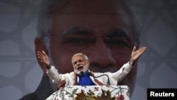 Hindistanın Baş naziri Narendra Modi Srinaqarda çıxış edir