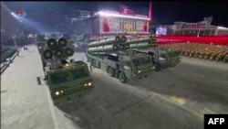 10일 북한 평양에서 열린 노동당 창건 75주년 기념 열병식에 신형 초대형 방사포로 보이는 무기가 등장했다.
