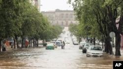 A Avenida Samora Machel ficou transformada num verdadeiro rio.