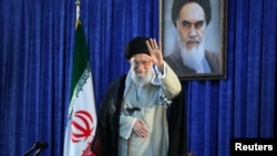 មេដឹកនាំកំពូលអ៊ីរ៉ង់លោកAyatollah Ali Khamenei លើកដៃមុនពេលធ្វើសុន្ទរកថាអំឡុងពេលពិធីគម្រប់ខួបទី៣០ នៃការស្លាប់របស់ស្ថាបនិកសាធារណរដ្ឋឥស្លាមនៅក្រុងតេរ៉ង់។
