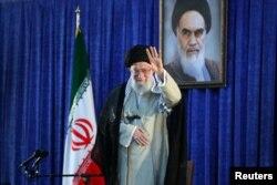 Vrhovni vođa Irana ajatola Ali Hamenei pozdravlja okupljene nakon što je održao govor u Tehehranu, Iran, 4. juna 2019.