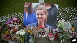 살해된 조 콕스 의원의 사진과 사진 앞에 놓여진 화환들 (자료사진)