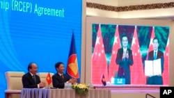 Thủ tướng và Bộ trưởng Thương mại Việt Nam tại lễ ký RCEP qua mạng hôm 16/11