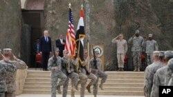 이라크 바그다드에서 철수에 앞서 치러진 행사에서 미국과 이라크 국기를 들고 행진하고 있는 미군 병사들