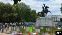 Các thông điệp được ghi và gắn xung quanh tượng TT Andrew Jackson tại công viên Lafayette, đối diện tòa bạch ốc, 15 tháng Sáu.