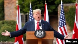 Ông Trump tại cuộc họp báo với bà May