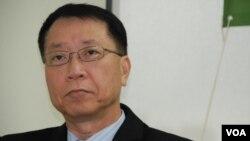 香港科技大學經濟系教授雷鼎鳴表示,香港目前出現各方打來打去的局面,希望用投票、妥協的方法解決問題(美國之音湯惠芸)