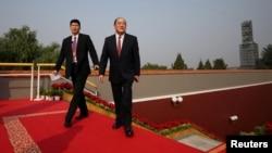 资料照:澳门特首贺一诚(右)在北京为中共建政70周年举行的阅兵仪式前抵达天安门。(2019年10月1日)