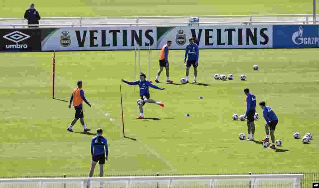 تمرین بازیکنان تیم شالکه ۰۴ آلمان. قرار است لیگ فوتبال آلمان از دو روز دیگر کار خود را شروع کند. تیم شالکه به دیدار بروسیا دورتموند خواهد رفت. این از اولین لیگهای فوتبال جهان است که بعد از کرونا بازگشایی میشود.