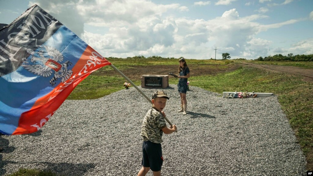 Архивное фото. Мальчик держит флаг самопровозглашенной и непризнанной ДНР на востоке Украины, 2015 год