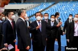 柬埔寨总理洪森与到访的中国外长王毅交谈。(2021年9月12日)