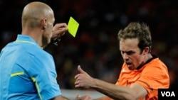 El árbitro inglés Howard Webb sacó 14 tarjetas amarillas y una roja en la final de un Mundial más violenta que se recuerde.