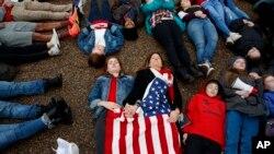 Ảnh tư liệu - Các học sinh trung học biểu tình nằm trước Tòa Bạch Ốc ngày 19/02/2018