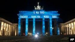 Brandenburška kapija u Berlinu osvijetljenja u znak Dana pobjede i okončanja Drugog svetskog rata (Foto: AP)