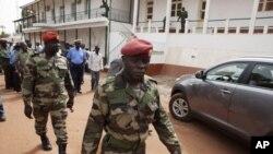 Binh sĩ Guinea Bissau rời một cuộc họp báo tại bộ tư lệnh ở thủ đô Bissau, 19/3/2012