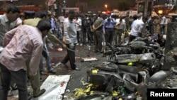 警方2月21日检查海得拉巴的爆炸现场