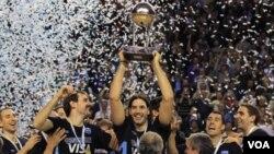 La selección de básquetbol de Argentina celebra el campeonato perolímpico tras vencer a Brasil en la final, liderados por Luis Scola.