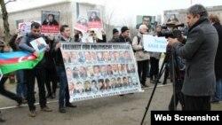 Berlində etiraz aksiyası (Foto bbc.co.uk/azeri saytından götürülüb. Fotonun müəllifi jurnalist Bertus Bouwmandır)