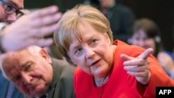 La chancelière allemande Angela Merkel (à droite) lors d'une réunion du Parti populaire européen (PPE) à Munich, Allemagne, 6 juin 2018.