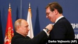 Президент Путін у Белграді почепив сербському президенту Вучичу російський орден