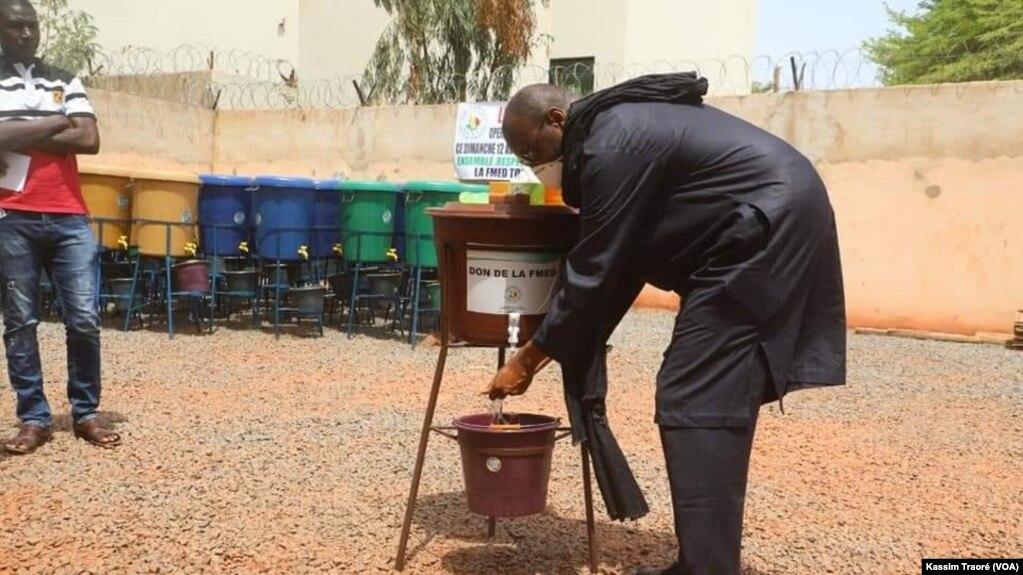 Moussa Mara avant un meeting à Bamako, le 15 avril 2020. (VOA/Kassim Traoré)