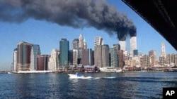 十年前紐約世貿中心遇恐怖襲擊後起火