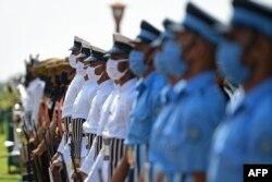 Pasukan India mengenakan masker saat menyambut kedatangan Menhan Indonesia Prabowo Subianto dalam upacara kehormatan di New Delhi, Senin (27/7),