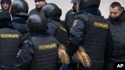 Rossiya politsiyachilari huquq faolini hibsga olmoqda, Moskva, 24-fevral, 2014-yil.