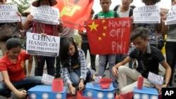 菲律宾学生点火焚烧模拟的中国船只,抗议中国在南中国海的军事化行为(2016年3月3日)