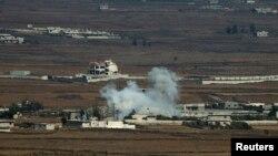 Khói bốc lên sau một vụ nổ gần cửa khẩu Quneitra ở Syria.