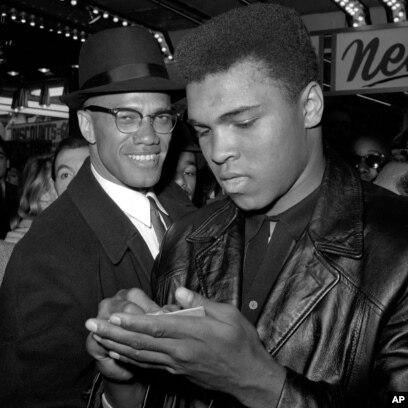 Pejuang hak-hak sipil AS dan seorang Muslim, Malcolm X (kiri) dan petinju Muhammad Ali dalam foto di New York tahun 1964.