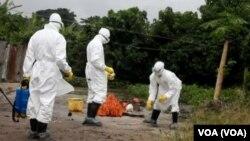 Le personnel de la santé nettoie l'aire de la parcelle où une personne infectée par le virus d'Ebola habitait