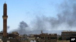 Smoke billows from a neighborhood in the Yemen capital Sana'a after fierce fighting erupted between dissident tribesmen and loyalist troops on May 31, 2011